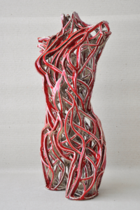 Rzeźba ceramiczna: tors czerwony. Bok.