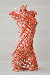 Rzeźba ceramiczna: tors pomarańczowy.