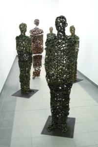 Eine Gruppe von Keramikskulpturen.