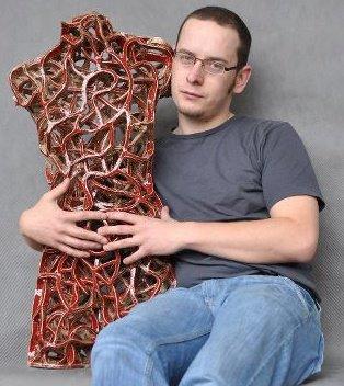 Zbigniew Blajerski – Selbstporträt mit Skulptur.